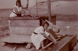 1927 Am Brunnen Mitzi Martinkovits und Olga aus Wien 136AH