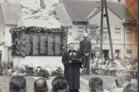 1960er Pfarrer Pausz beim Kriegerdenkmal 12LÖ