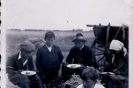 1940 essen im Felde v.l. A. Pammer, K. Unger, Michael Unger, Fr. Reif, vorne Hr. Marth 11UNGR