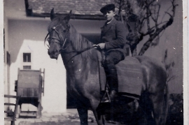 1940er Erster Ausritt A. Meixner dahinter die Windmühle 2ML