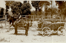 1940er ?, M. Steinhöfer sitzend am Wagen, 99WS