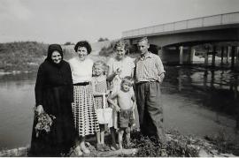 1957 Gitti Hofbauer u. Familie an der Leitha Brücke 10HWB