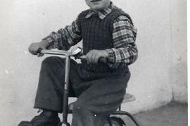 1956 P. Unger, stolzer Besitzer eines Dreirades 14UP