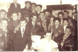1956 Burschen mit Kübel Wein 5aM