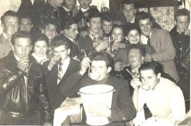 1956 Burschen mit Kübel Wein 5M